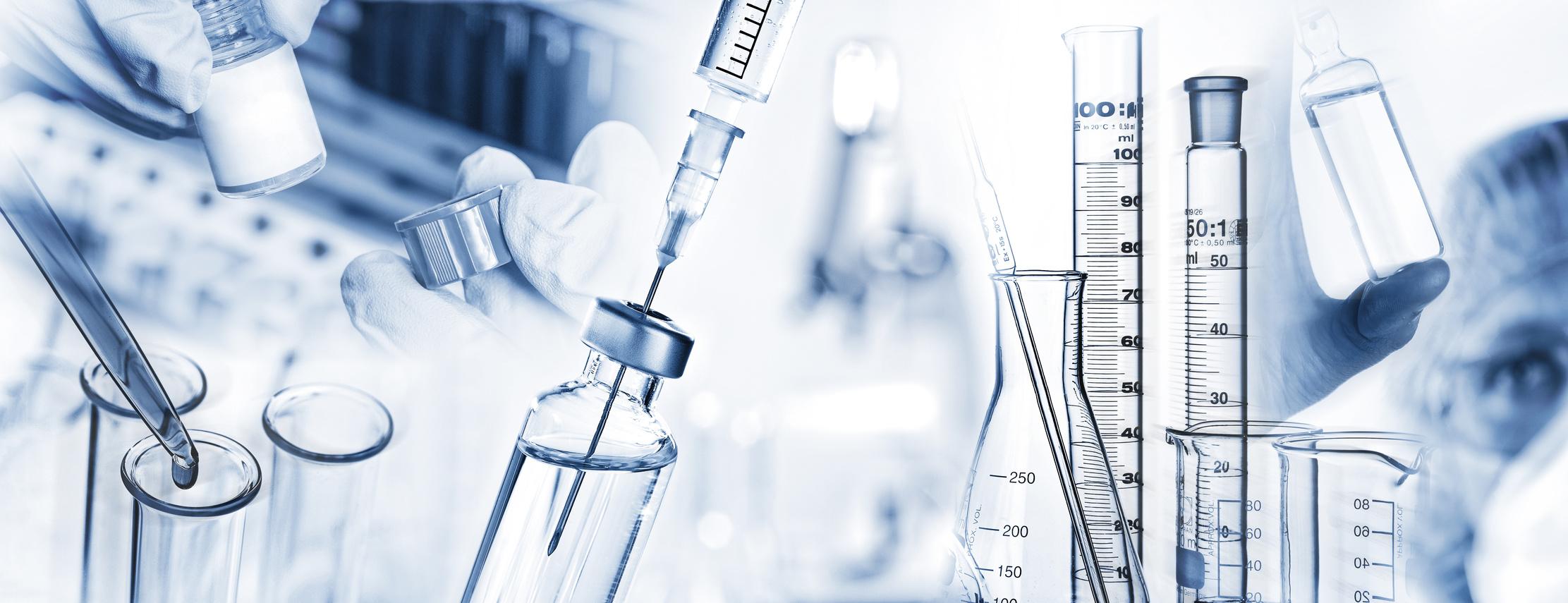 Analysesystem, Spritze, Mikroskop und weitere Laborutensilien